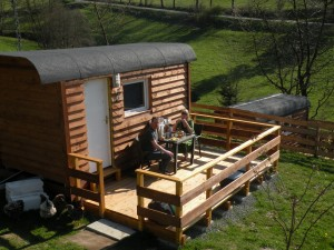 De pipowagen  Ingericht met tweepersoonsbed en kleine zithoek en een heerlijke verande. Het toiletgebouw is op 50 m afstand